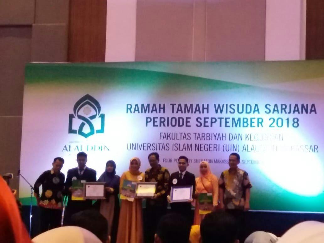 Pemberian Penghargaan Kepada Mahasiswa Berprestasi dalam Wisuda Sarjana FTK